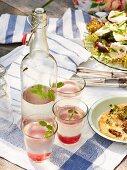 Lemonade, spelt bread pizza and salad for a picnic