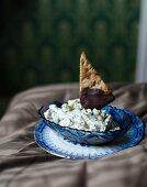 Chocolate crispbread with cream cheese
