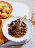 Lamm-Auberginen-Eintopf mit Oliven und Oregano