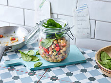 Spicy chickpea salad with spinach to take away