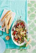 Mediterraner Hähnchensalat mit Feta und Mandeln