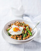 Chickpeas with fried egg and broccoli