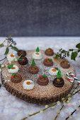 Winterliche Mini-Sacher-Gugl mit Aprikosenmarmelade