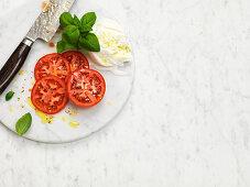 Zutaten für Capresesalat (Tomaten, Mozzarella, Basilikum)