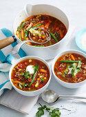 Scharfe mexikanische Suppe mit Rinderhack