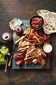 Gemischte Fajita-Platte mit gegrilltem Fleisch und Geflügel (Mexiko)