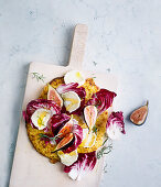 Blumenkohlpizza mit Feigen, Radicchio und Ziegenkäse