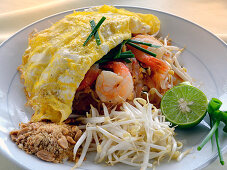 Pad Thai with shrimps, egg, peanuts and bean sprouts (Thailand)