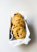 Chocolate Chip Cookies mit Papier in Dose