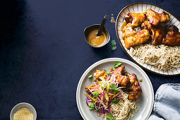 Sticky Miso Chicken Wings mit Soba-Nudeln und Krautsalat
