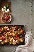 Gemüsespiesse mit Tomatensalsa und Ziegenkäse