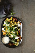 Warmer Zucchini-Haloumi-Salat mit Jogurtdressing