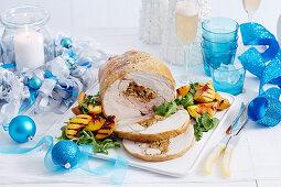 Truthahn mit getrockneter Tomatenfüllung und Grillpfirsichen zu Weihnachten