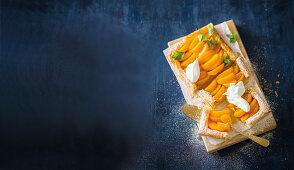 Blätterteigtarte mit Pfirsichscheiben