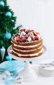 Mehrschichtige Sahnetorte mit Erdbeeren und Baiser (Weihnachten)