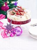 Schnelle Trifle mit Himbeergelee, Sahne, Nektarinen und Erdbeeren (Weihnachten)