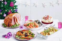 Weihnachtsmenü: Meeresfrüchte, Schinkenbraten, Röstgemüse, Lachsfilets und Trifle