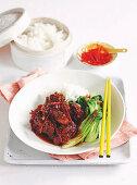 Karamellisiertes Schweinefleisch thailändische Art mit Pak Choi und Reis
