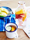 Mit Gemüse und Früchten aromatisiertes Wasser