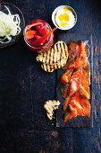 Graved Lachs mit Pickles, Röstbrot und Fenchel (Aufsicht)