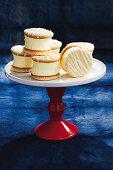 Marshmallow-Keks-Sandwiches auf Etagere