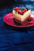 Ein Stück Fürst Pückler Torte mit Himbeeren