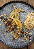 Gebratene Bananen mit Sirup und Haferflockenkeksen