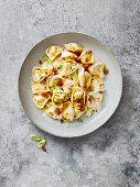 Tortelloni mit Speck, Lauchzwiebeln und Sahnesauce