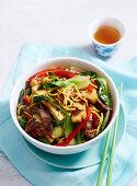 Stir Fry mit Rindfleisch, Tofu, Nudeln und Gemüse (Asien)