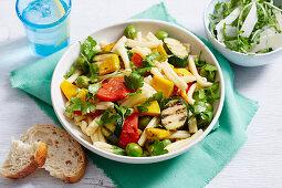 Mediterraner Nudelsalat mit Grillgemüse und Oliven