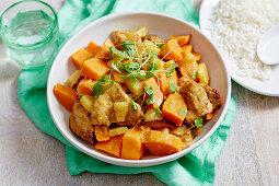 Hühnerfleisch mit Süsskartoffeln und Ananas serviert mit Reis
