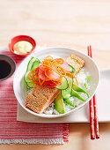 Sushi Bowl mit Sesamlachs und Gemüse