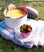 Passionsfruchtkuchen und frische Erdbeeren