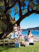 Freundinnen beim Picknick am Meer