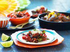 Lamm-Fajitas mit Tomatensalsa, Jalapenos und Sauerrahm (Mexiko)
