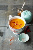 Tassensuppe Fat Burner: Suppe mit Karottensaft, Papaya, Ananas und Ingwer
