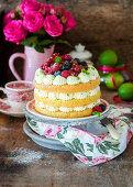 Limetten-Schichtkuchen mit Beeren