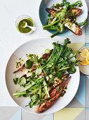 Salat mit Sauerteigbrotstreifen, Spargel, Broccolini und Salsa Verde