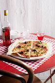 Pizza Napoletana mit Oliven, Anchovis und Kapern