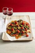 Veggie Pizza mit Aubergine und Tomate