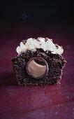 Schokoladencupcake mit Praline im Zentrum