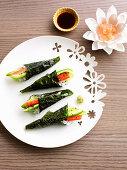 Temaki Sushi mit Gemüse und Surimi