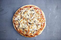 Pizza mit Grillhähnchen und Pilzen