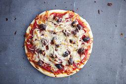 Pizza mit Peperoni und Oliven