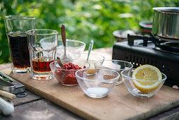 Zutaten für selbstgemachte Barbecuesauce in der Gartenküche