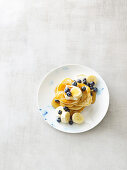 Spelt pancakes with bananas, blueberries and maple syrup