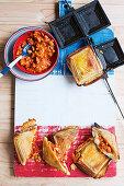 Jaffles mit Bacon, Mozzarella und Baked Beans