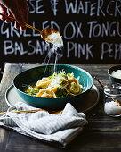 Tortellini mit Saubohnen und Pecorino