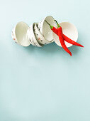 Zwei rote Chilischoten und feine Porzellanschälchen