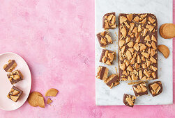Fudgy ginger crunch slice